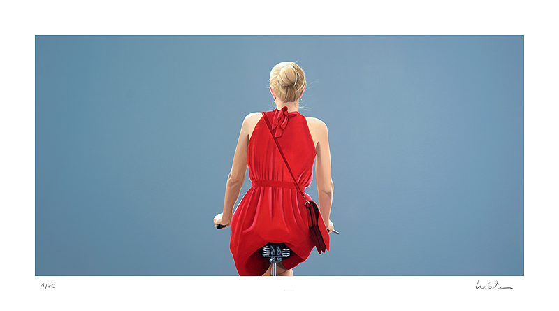o.T., Fahrradfahrerin in rotem Kleid, blau